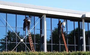 zwei fensterputzer beimglasreinigung einen firma in nuernberg http://fensterreinigungnuernberg.de gebäuderiniger