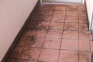 extrem verschmutzte Balkenfliesen-www.fensterreinigungnuernberg.de