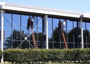 zwei-fensterreiniger-reinigung-glasfassade-www.fensterreinigungnuernberg.de